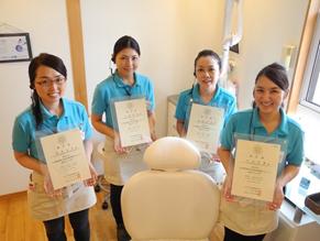 当院には歯周病学会認定歯科衛生士が4名在籍しています!他にもホワイトニングコーディネーターなど取得しているスタッフも!
